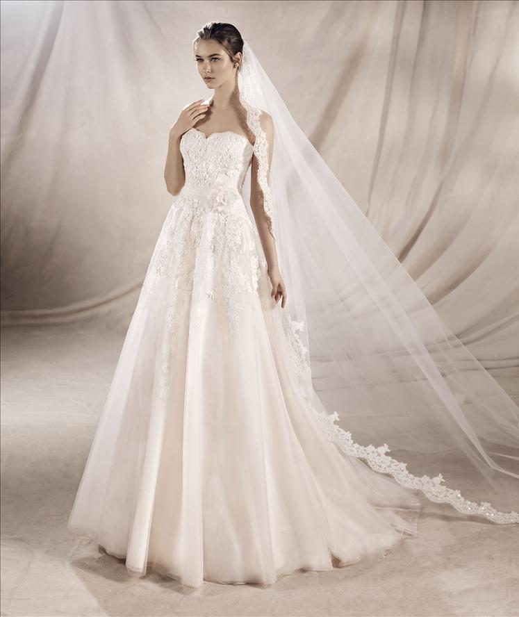 Una modella vestita da sposa