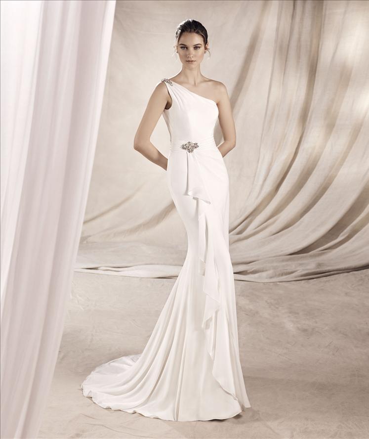 Modella con vestito da sposa senza velo