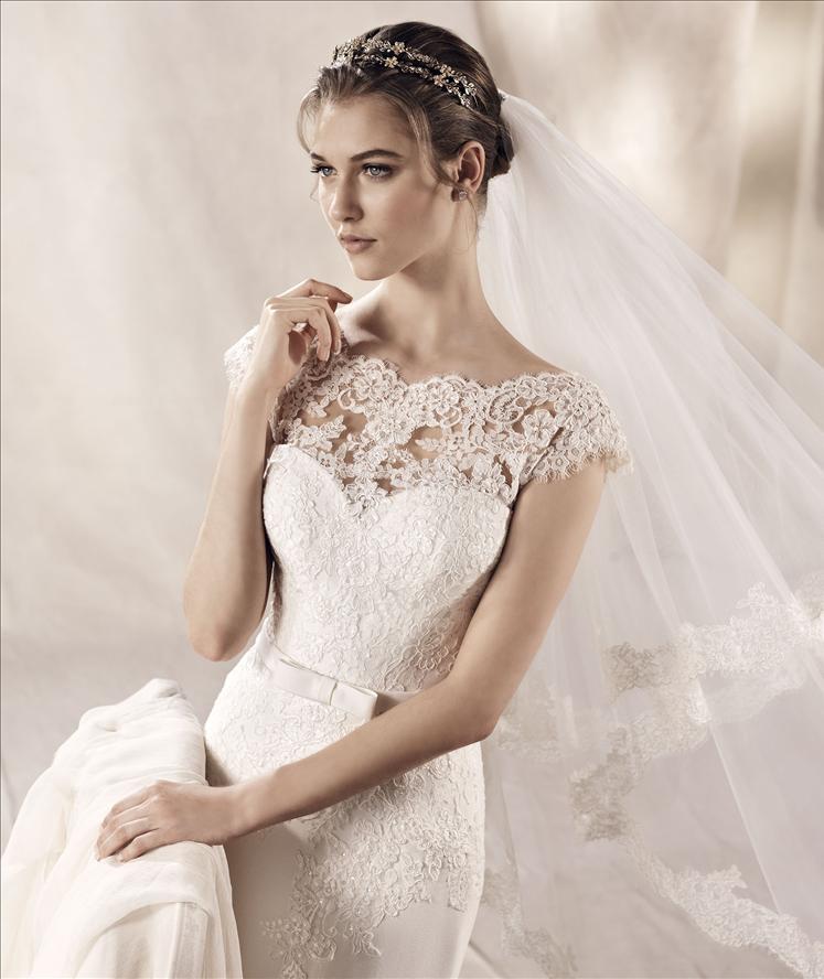 Vista ravvicinata di una modella vestita da sposa