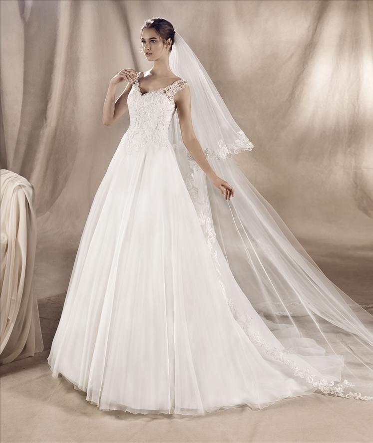 Una modella con un vestito da sposa che cammina