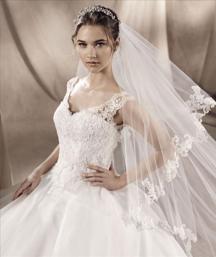 Una modella giovane con un vestito da sposa