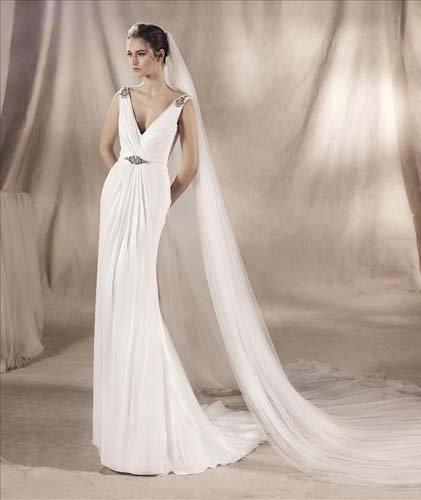 Modella in posa con abito da sposa bianco e lungo