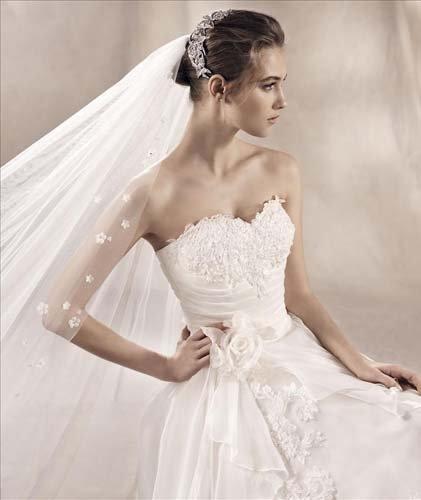 Modella vista da vicino  con abito da sposa bianco