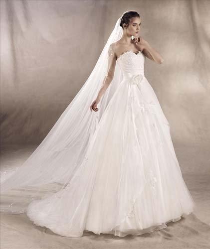 modella che cammina con un vestito da sposa