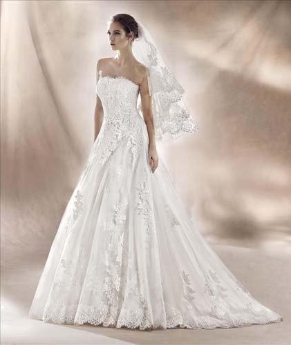 vista laterale di una modella con abito da sposa bianco