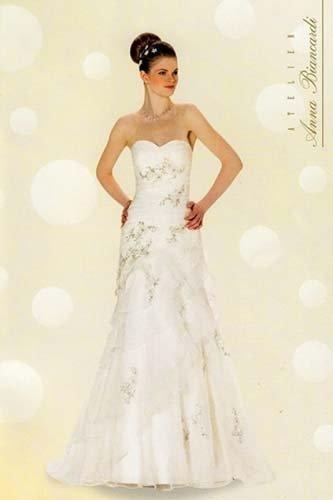 modella con abito da sposa bianco e verde