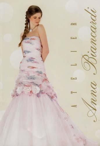 Modella con treccia e vestito da sposa floreale