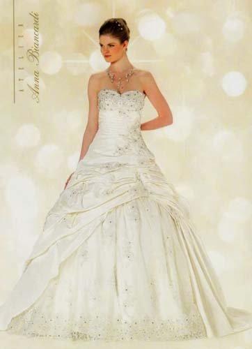 Modella in posa con un vestito da sposa stile classico