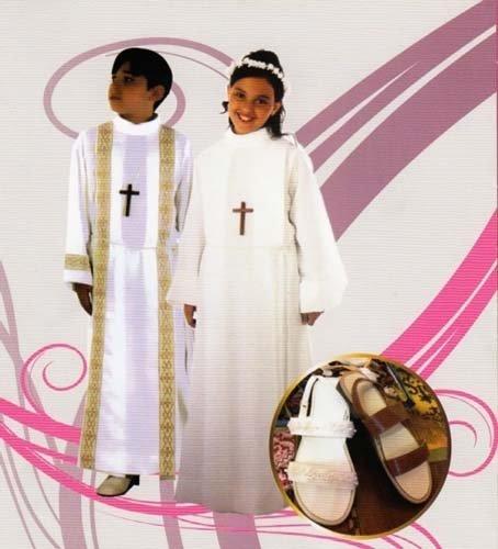 Un bambino e una bambina indossano due abiti da comunione