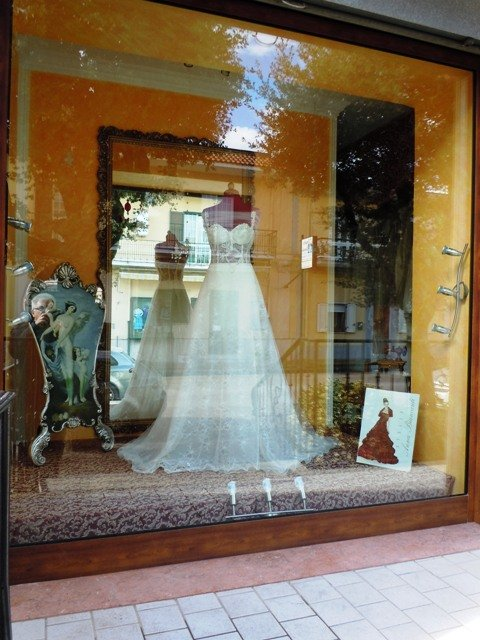 abito da sposa realizzato a mano visto dalla vetrina