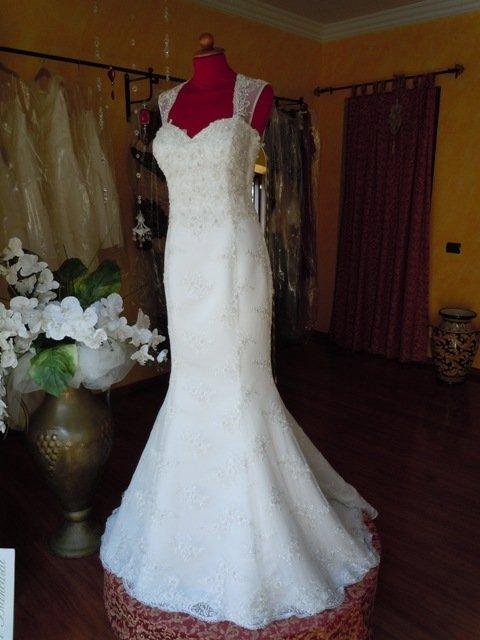 abito da sposa bianco stile sirena realizzato a mano