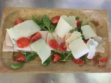 insalata di pomodori freschi, formaggio e rucola