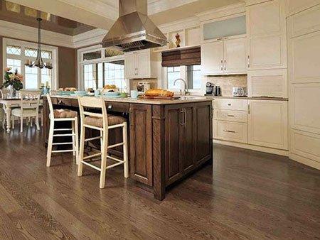 una cucina angolare di color avorio con penisola