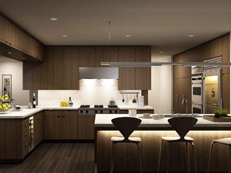 una cucina con mobili in legno con un bancone bar