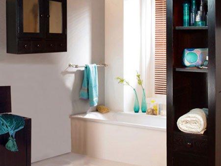 un bagno con una vasca e un mobile in legno con asciugamani e cosmetici