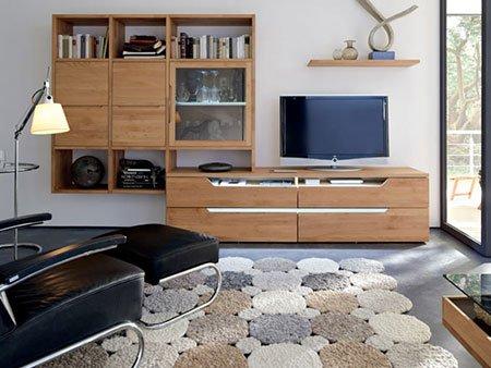 un mobile Tv e una  libreria in legno