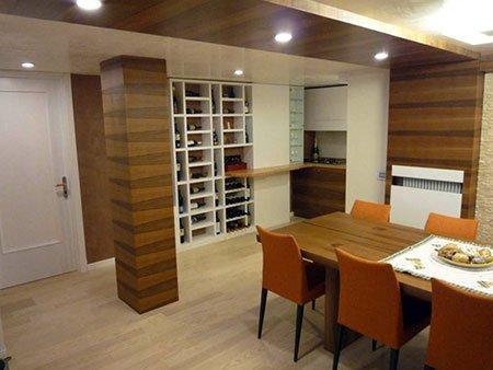 un angolo enoteca in legno di color bianco