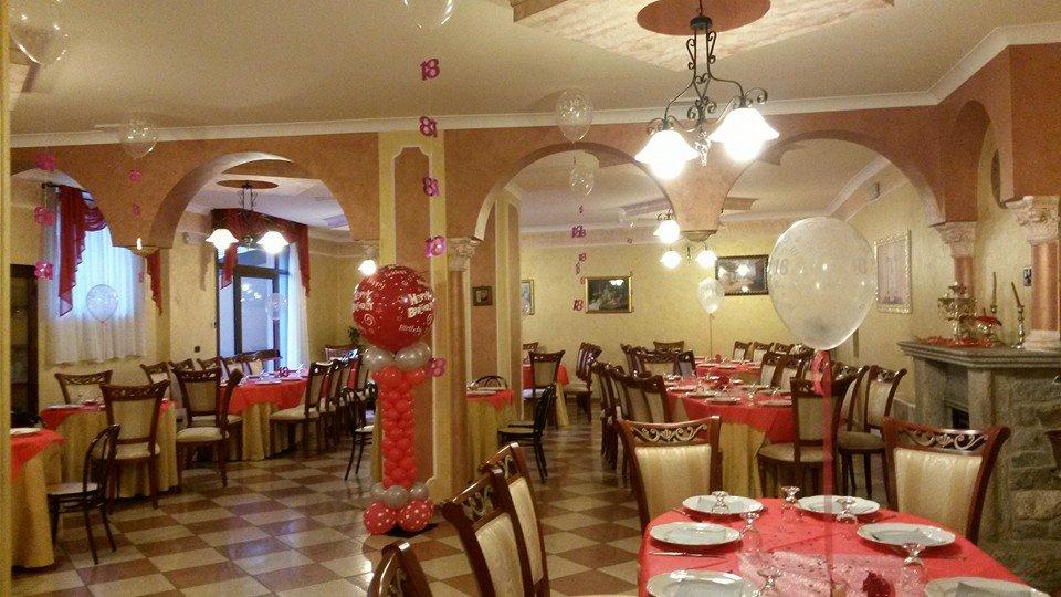 sala ristorante con palloncini