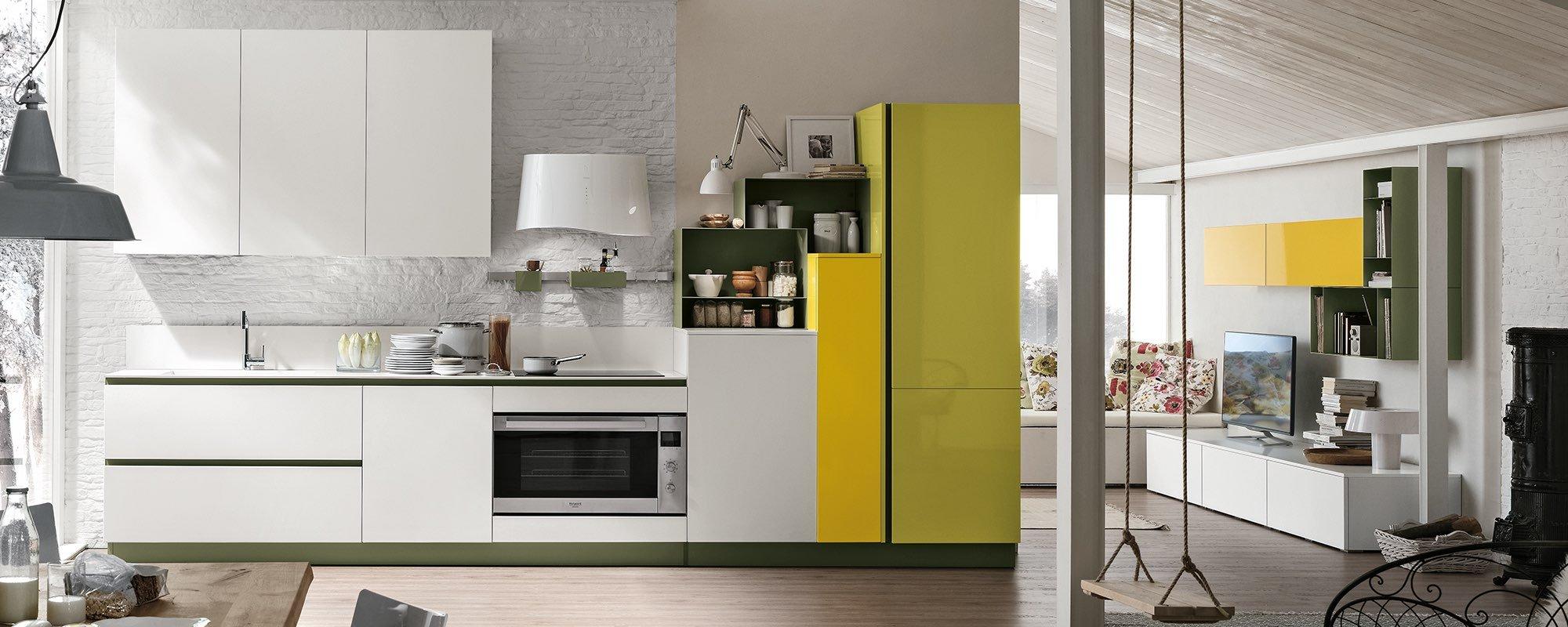 cucina malaga bianca con frigorifero giallo