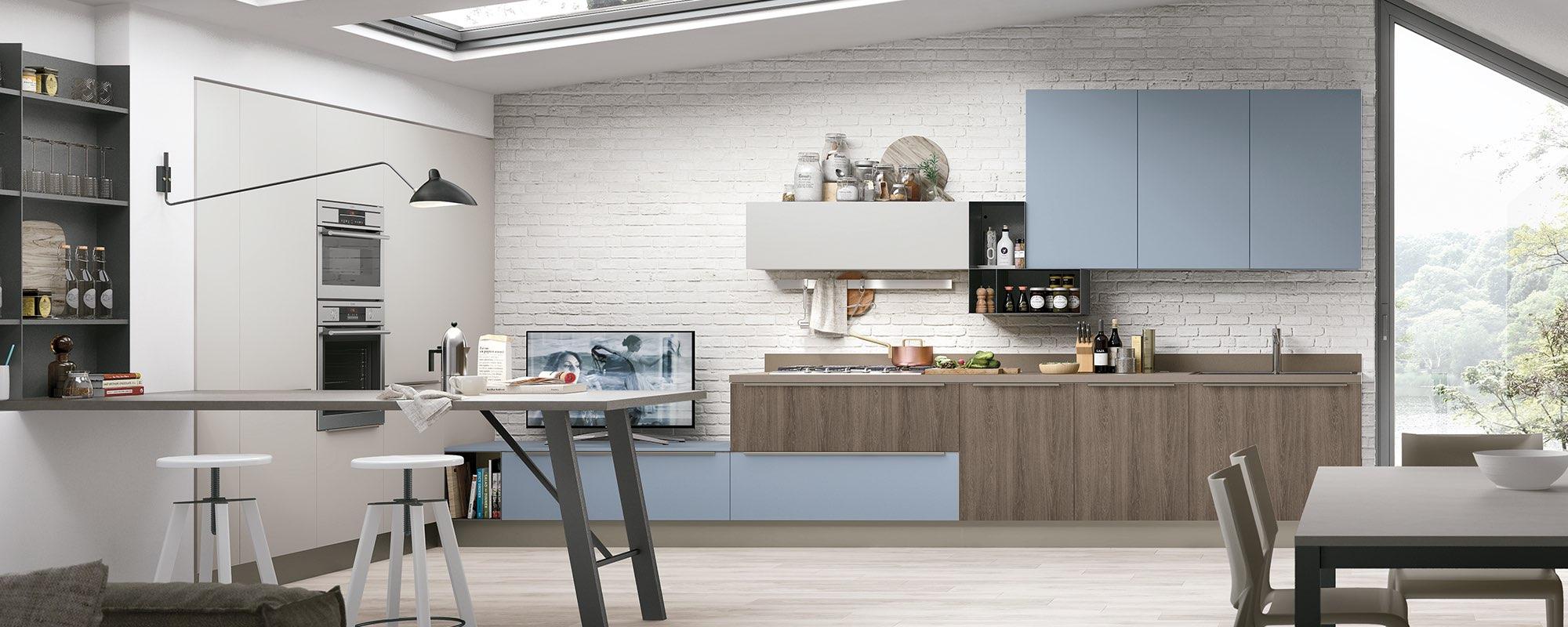 cucina classica con mobili color legno ed azzurri