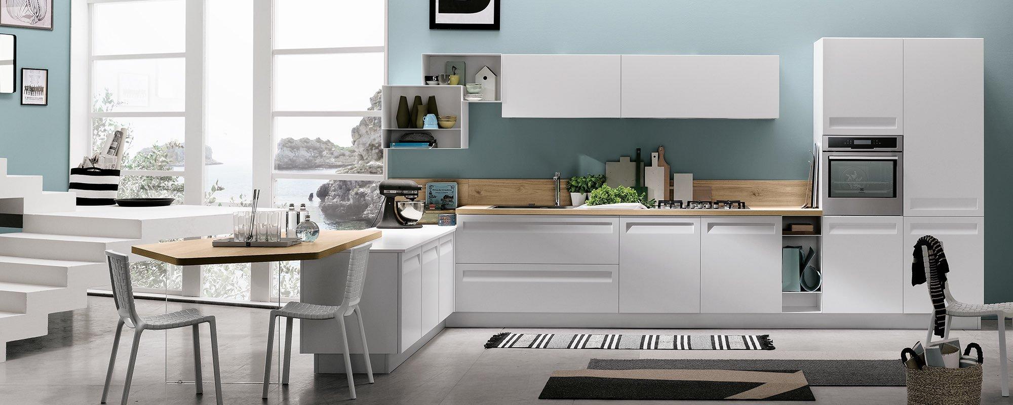 angolo cucina con scale che portano al primo piano