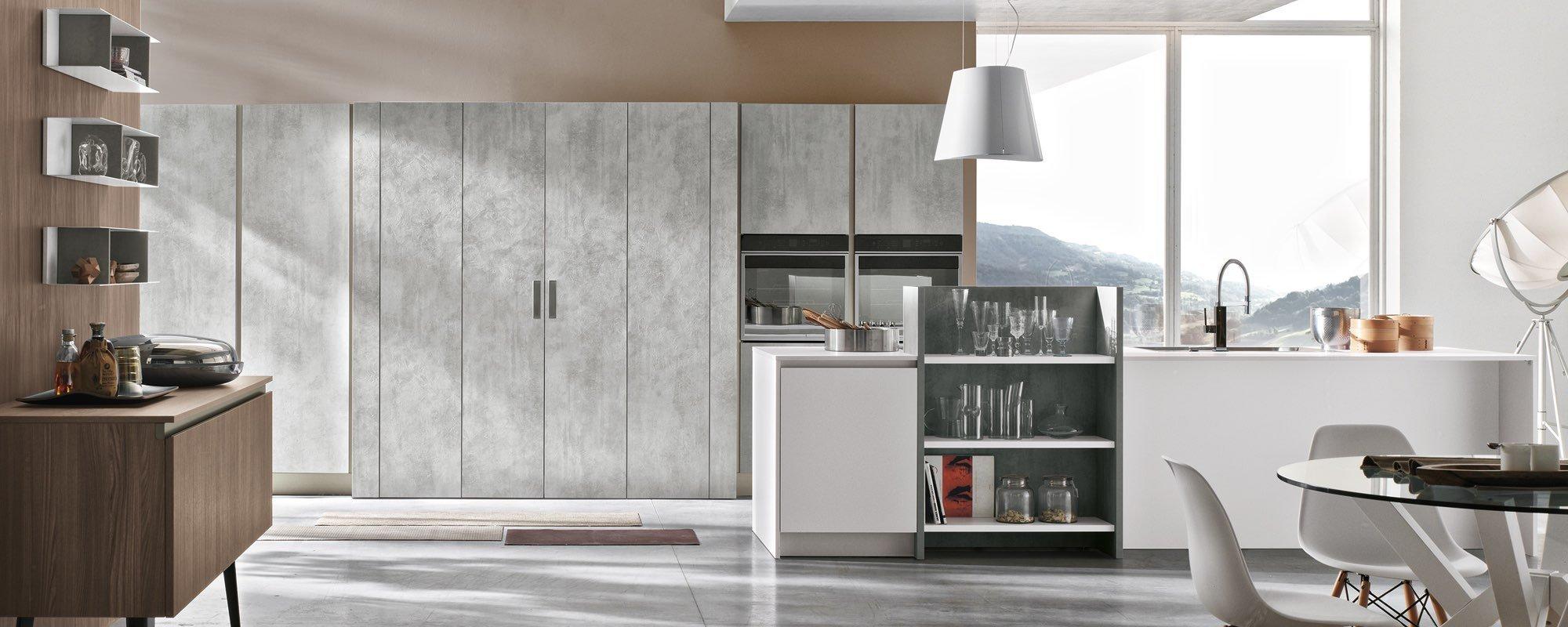 vista frontale di un mobile da cucina e vetrata con paesaggio di montagna