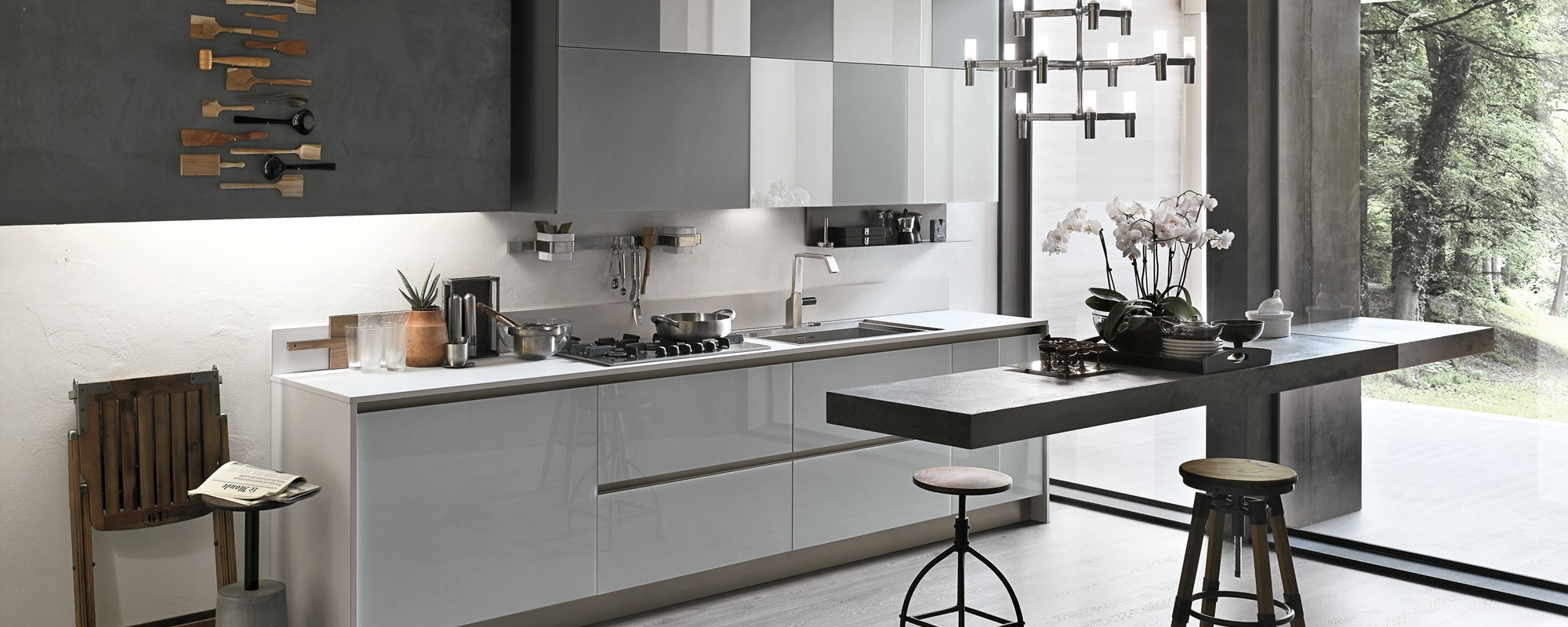 particolare di un bancone bianco lucido di una cucina