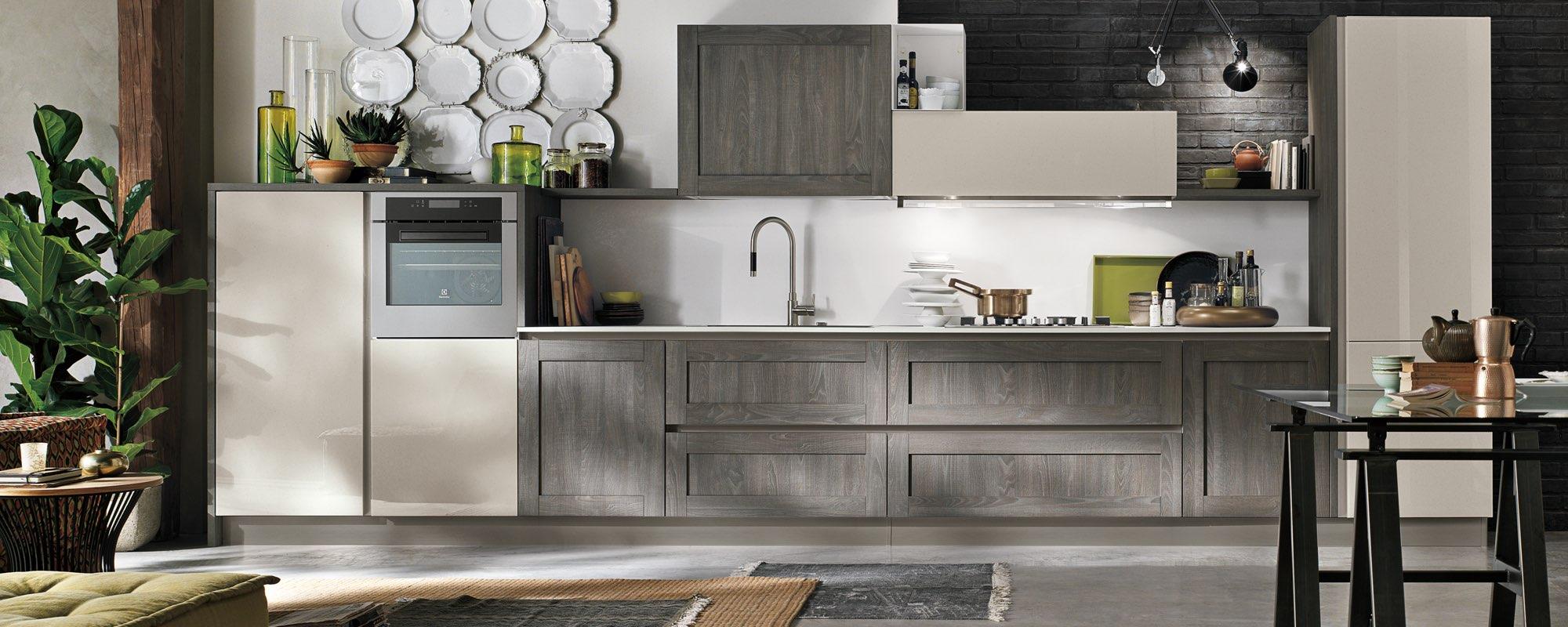 cucina con arredamento color grigio vetro opaco