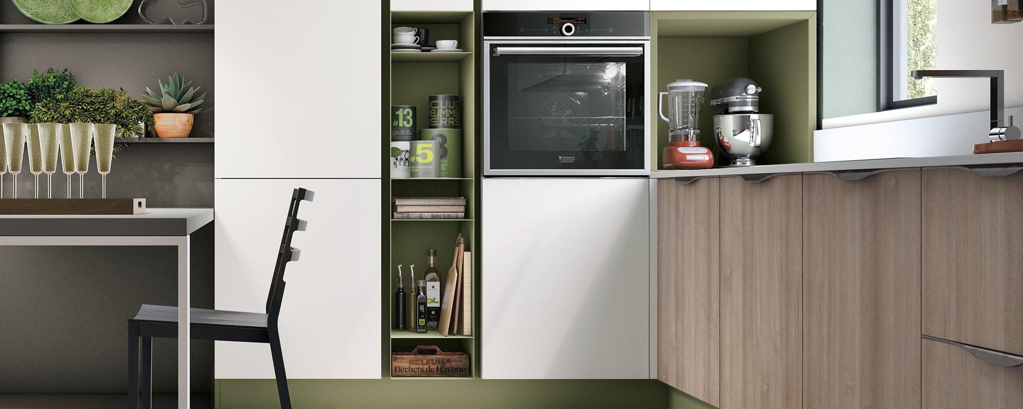 frigorifero con accanto il tavolo e il bancone della cucina