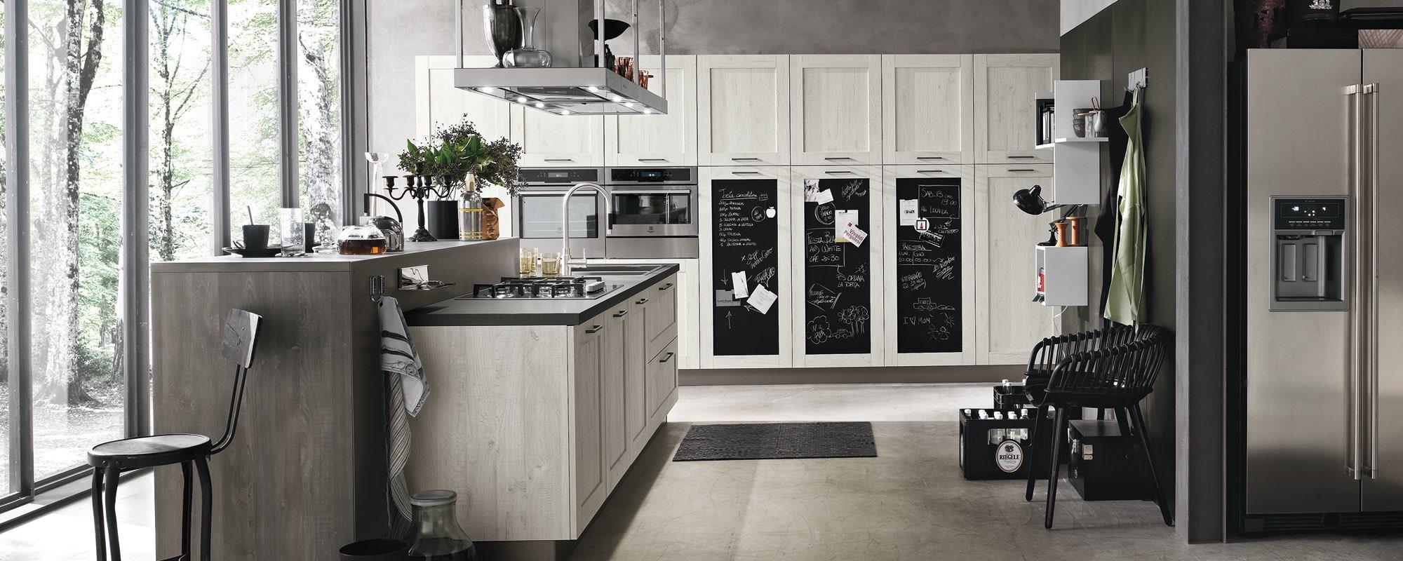 vista frontale di cucina componibile moderna con vetrata