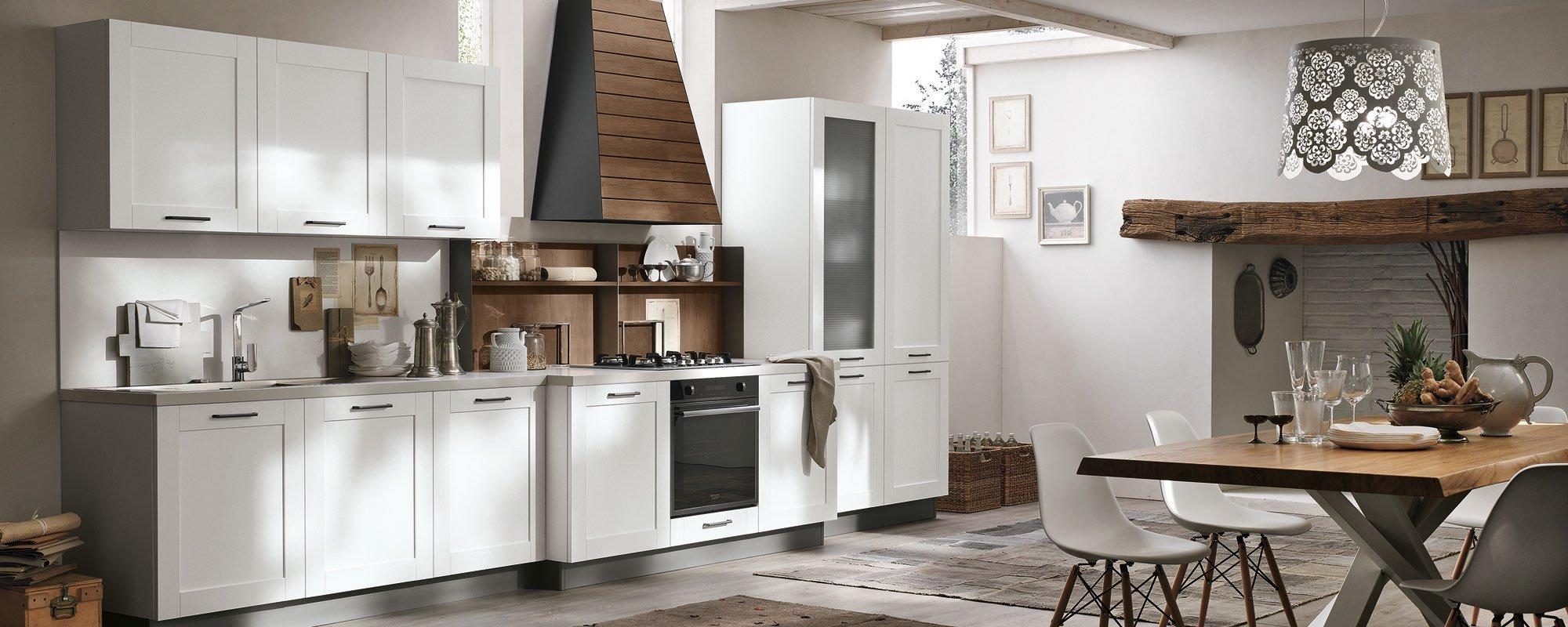 vista laterale di una cucina moderna in legno bianca con tavolo e sedie -CITY