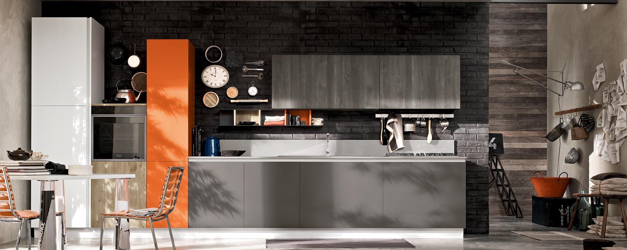 cucina componibile moderna con frigorifero bianco