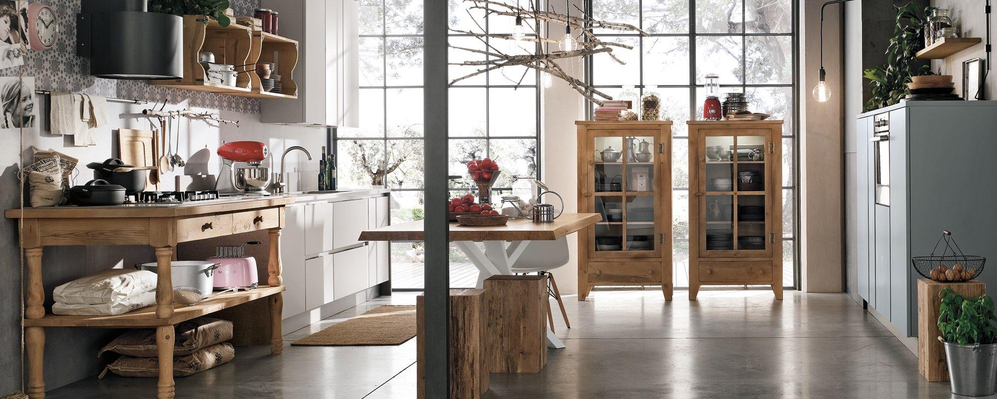 vista di una cucina creativa in stile di legno con due vetrine in legno -Maya