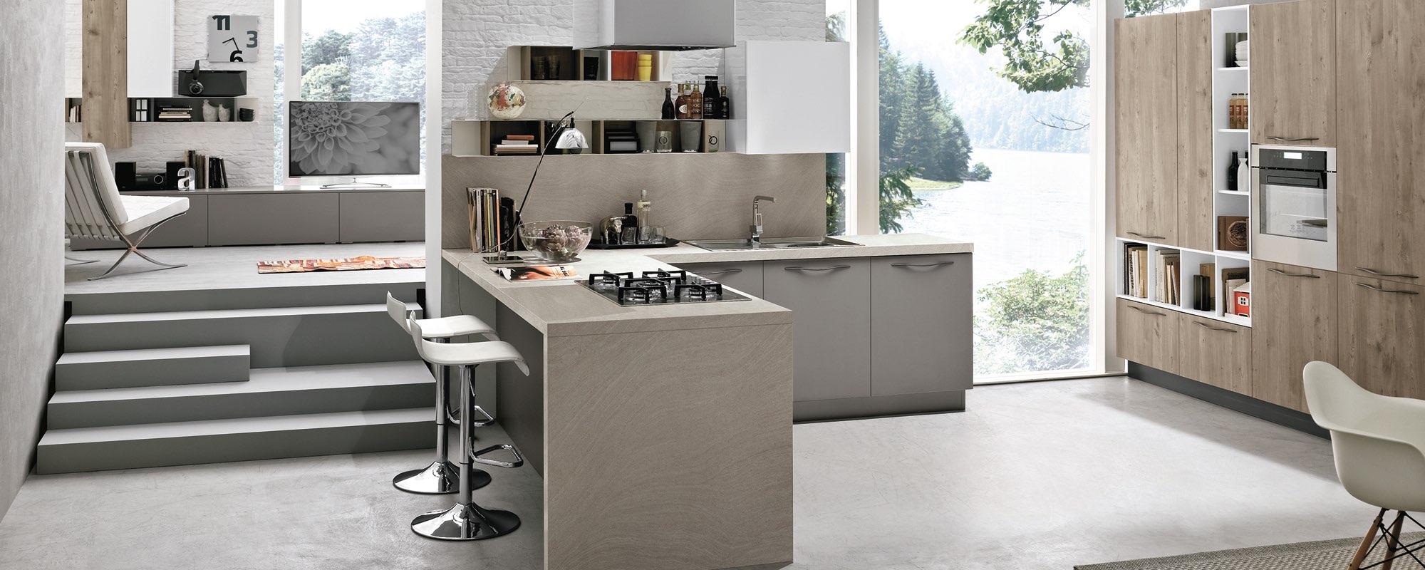 vista frontale di una cucina moderna in legno con scala interna e arredamento