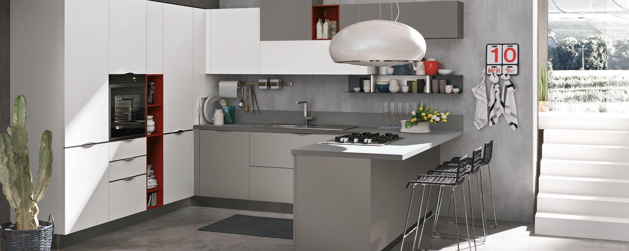 angolo cottura di una cucina con sedie e scala interna di una stanza -Maya