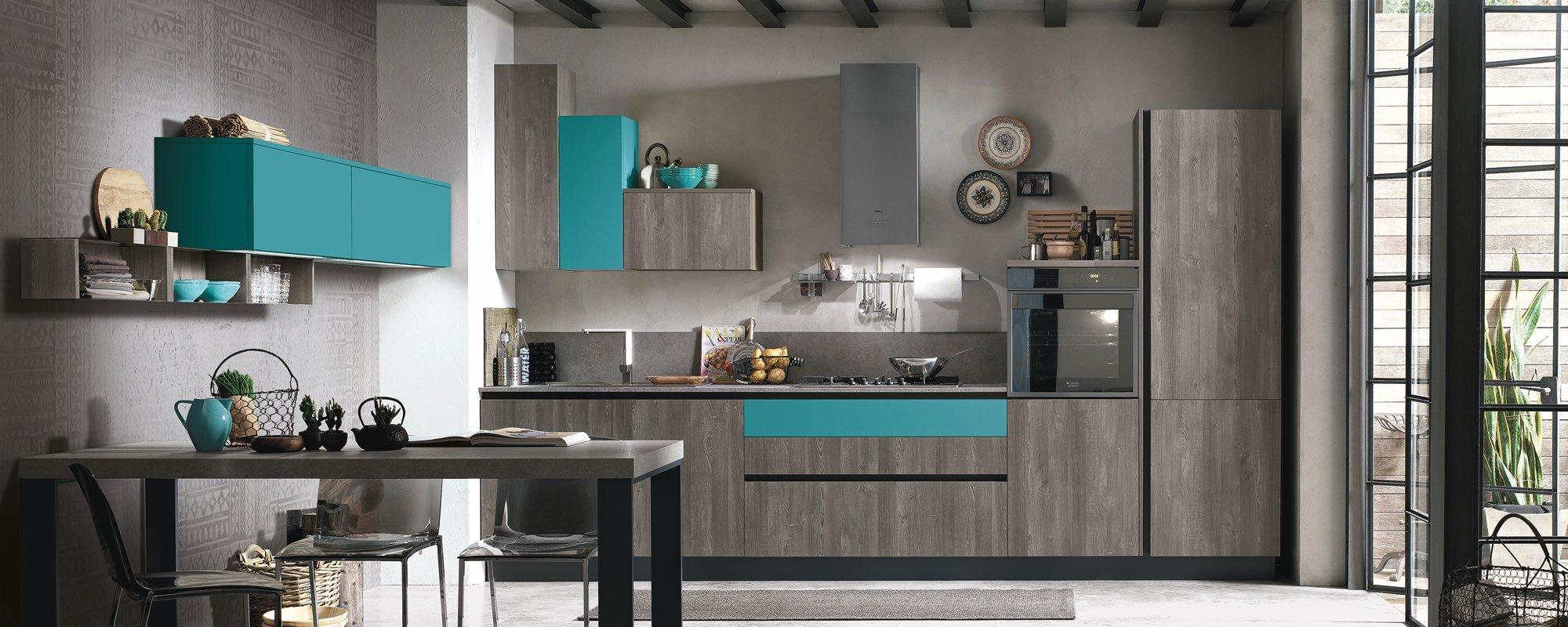 cucina moderna in legno con credenza azzurro, tavolo, sedie e finestra