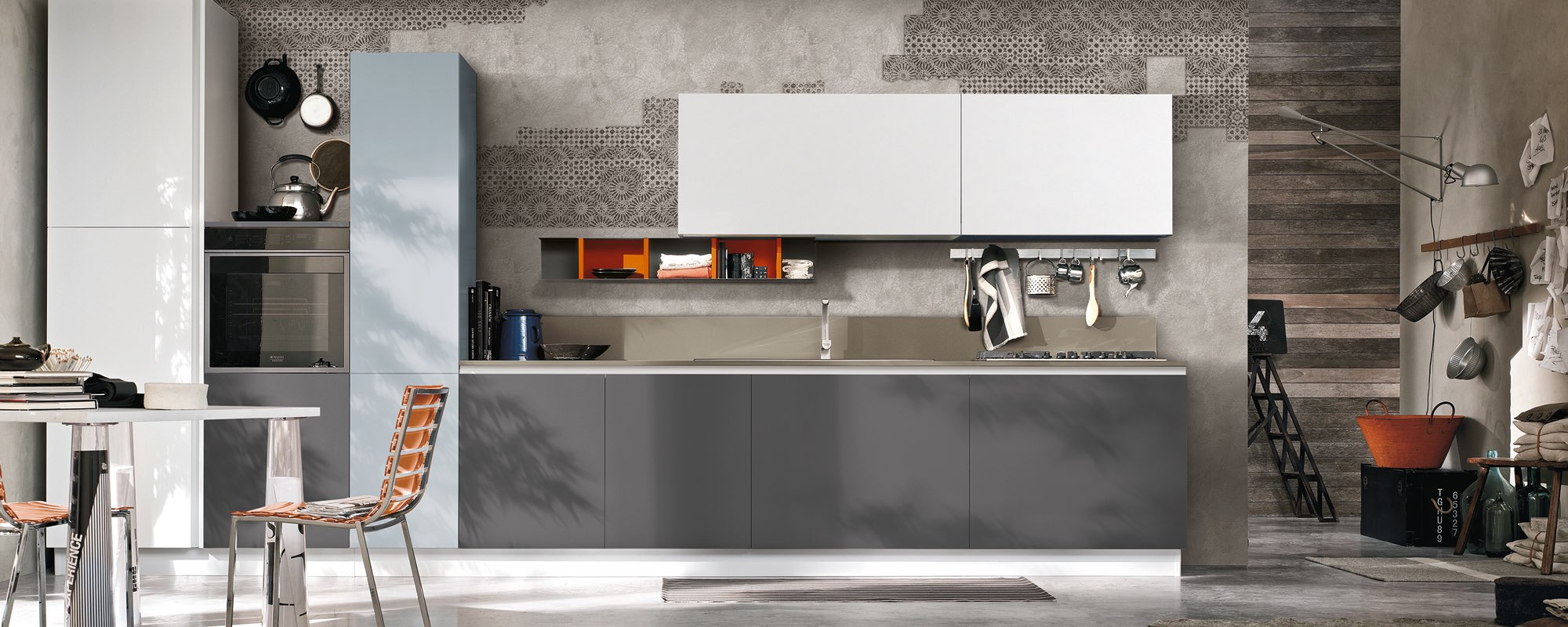 cucina componibile moderna con frigorifero e arredamento