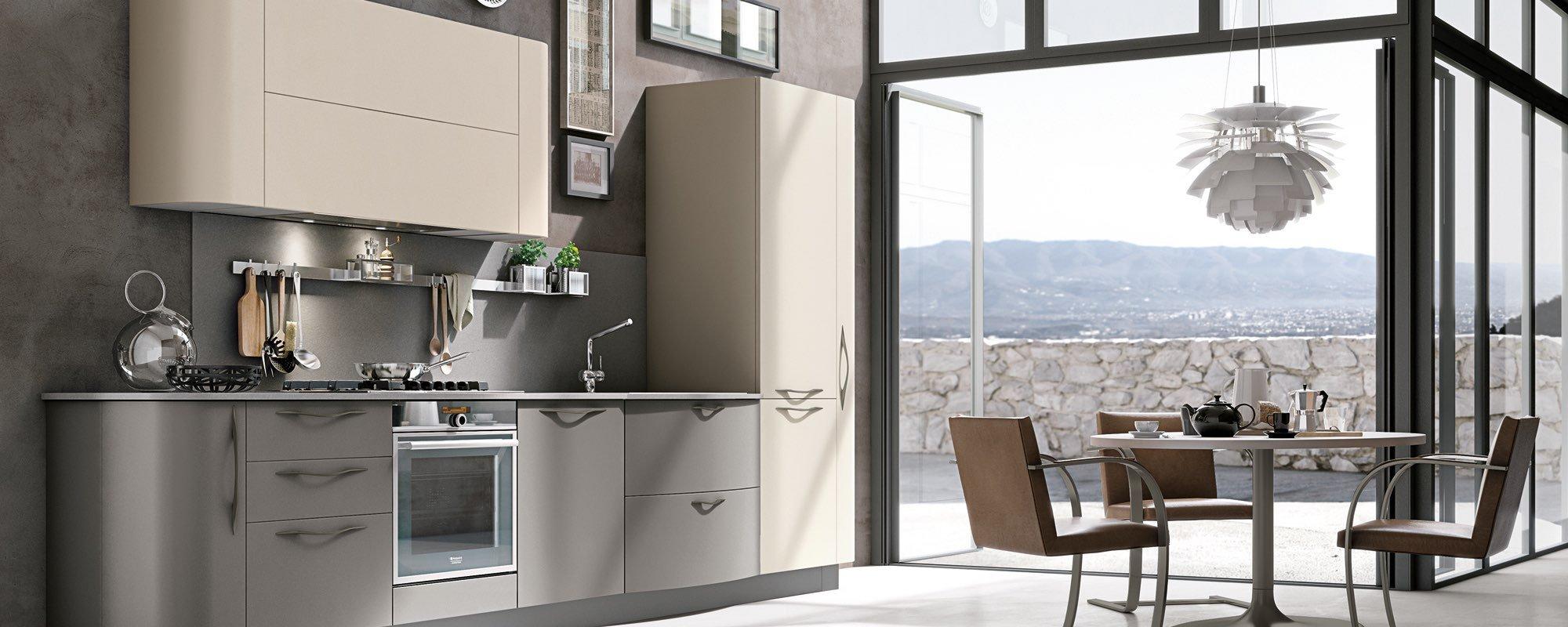salotto con cucina moderna e porte in vetro -Maya