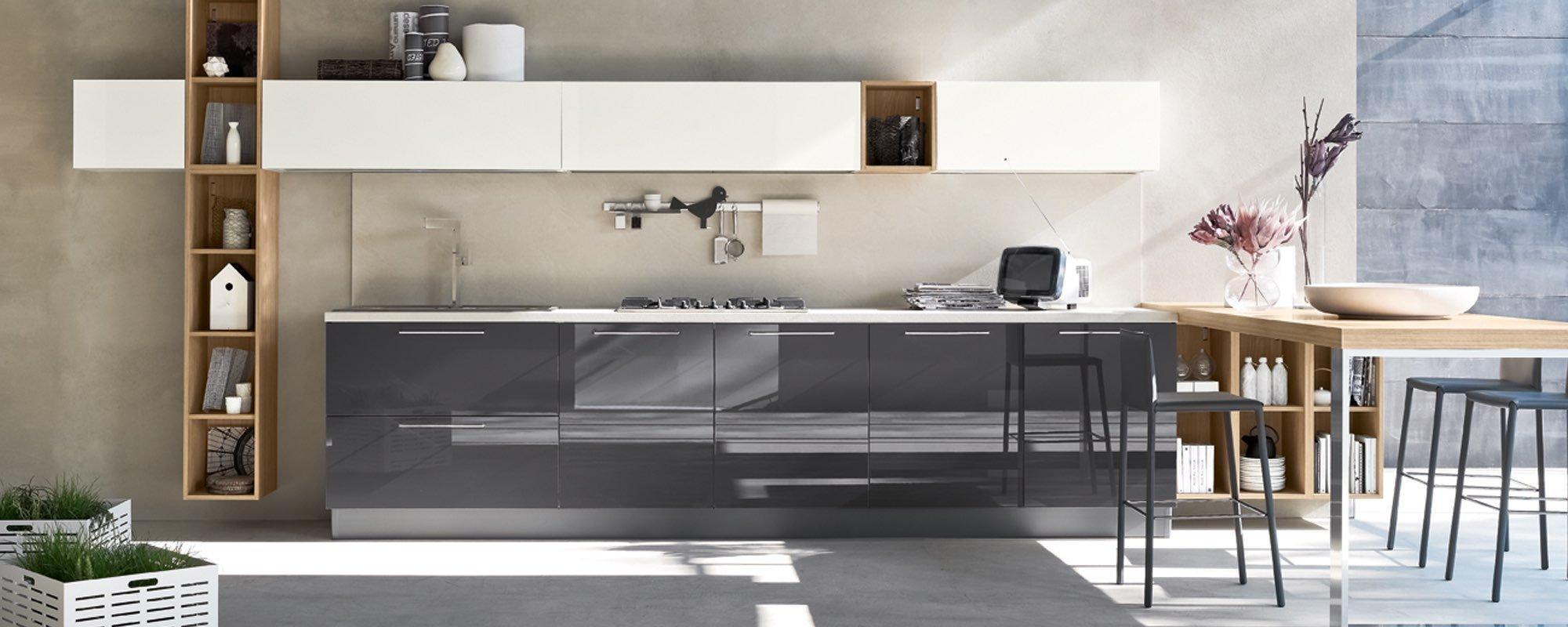 bancone di una cucina con tavolo, sedie, vetrina in legno e ben arredato -Aleve