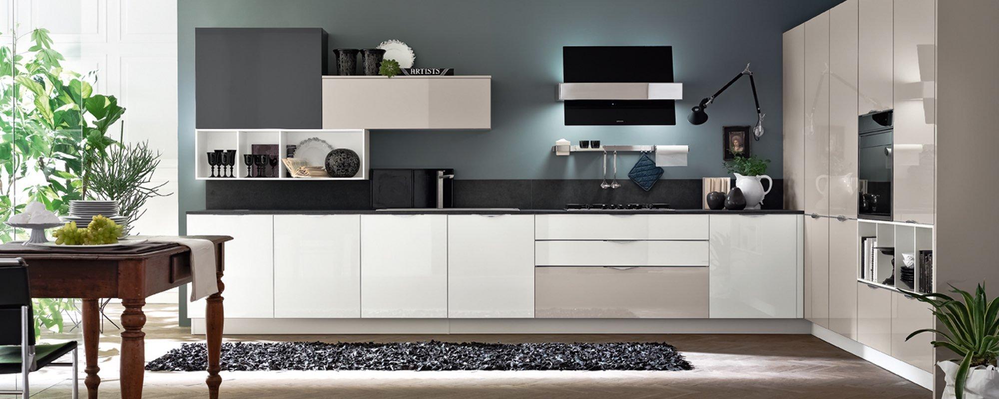 cucina moderna in legno laccata lucida con tappeto, tavolo in legno e sedia - ALEVE