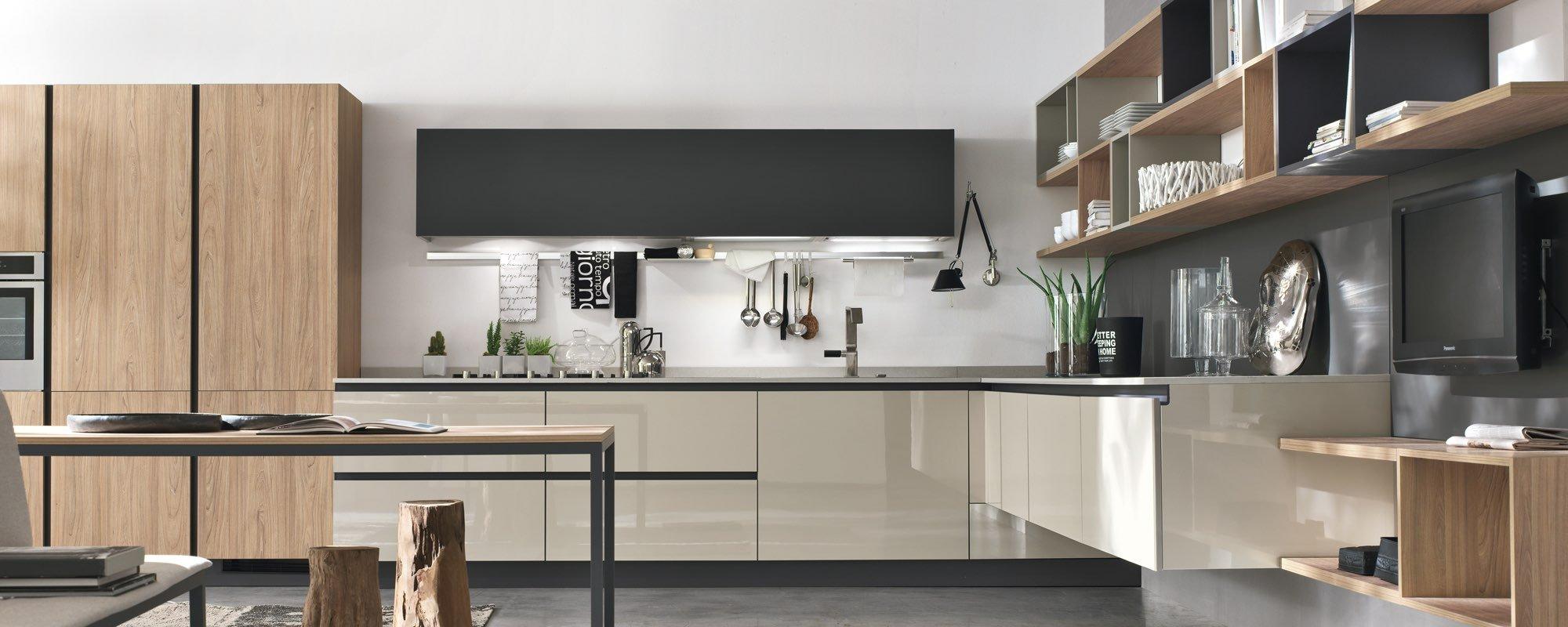cucina moderna in legno con scaffali attaccato su parete, armadio in legno e tavolo -Aleve
