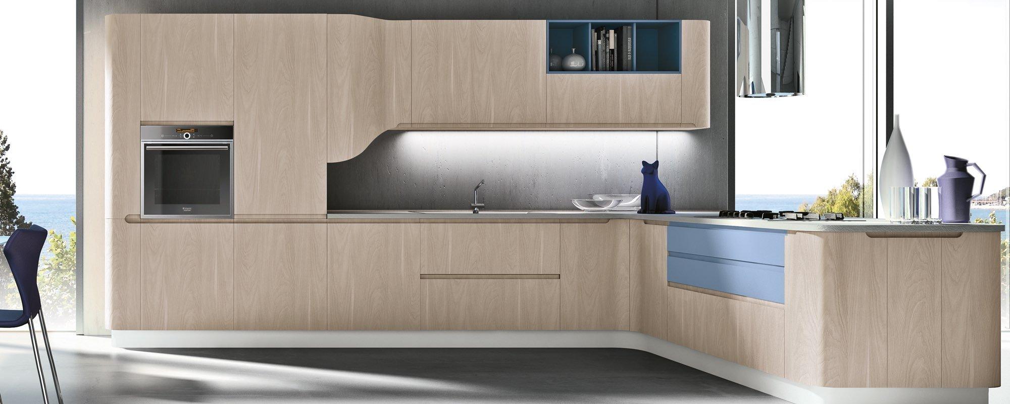 cucina moderna in legno ad angolo con infissi esterni e arredamento - BRING