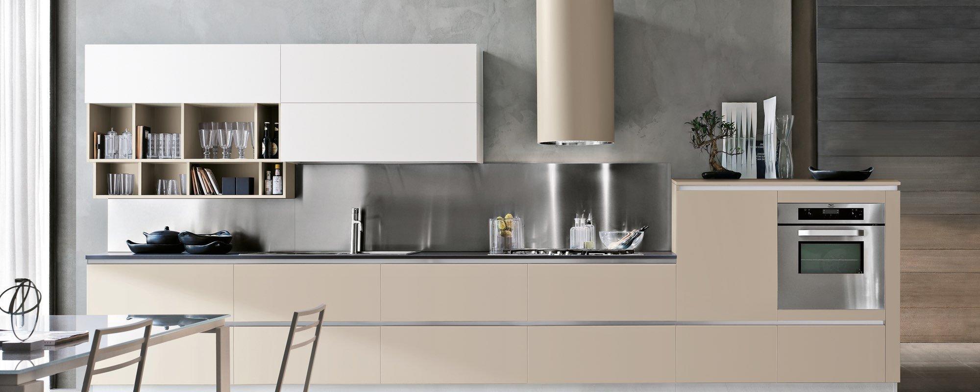 vista di una cucina moderna in legno con isola laccata -MILLY