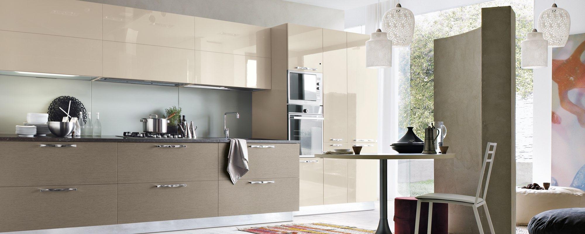 vista di laterale di una cucina moderna in legno laccata - LIFE