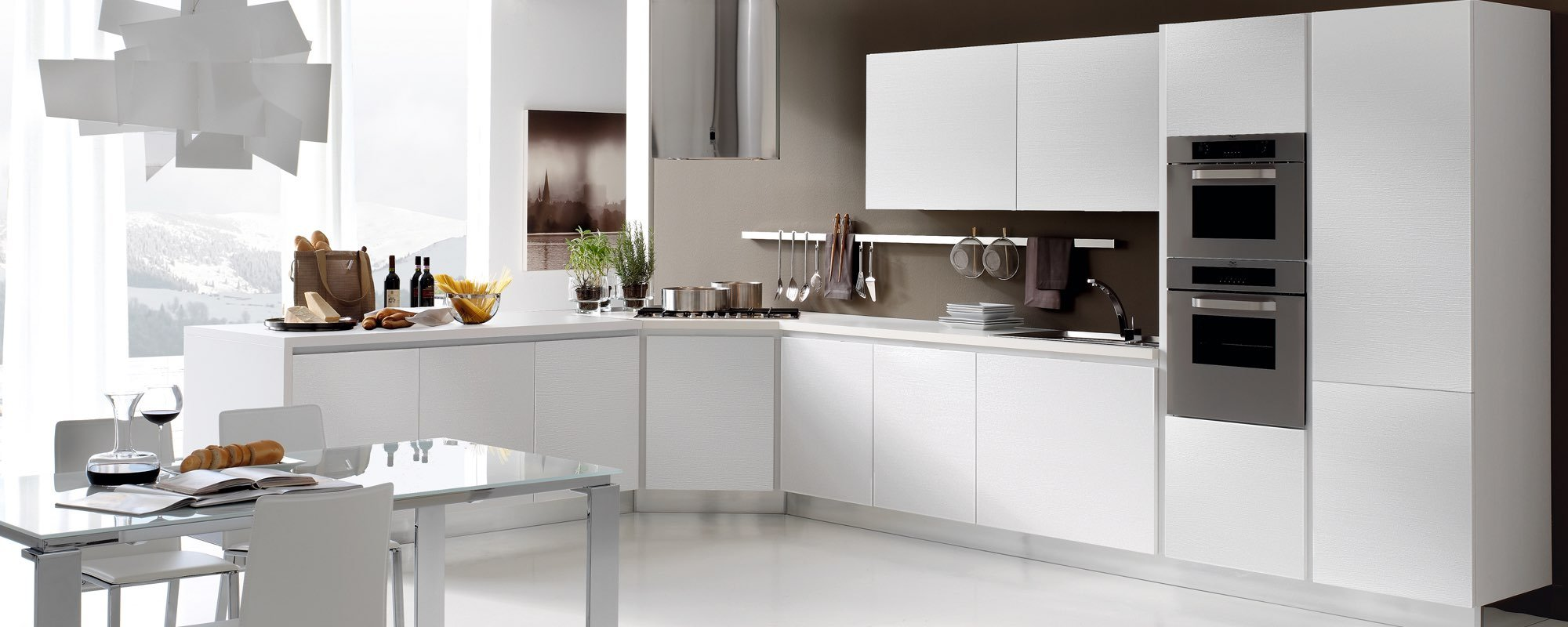 cucina moderna bianca con tavolo e sedie -Life