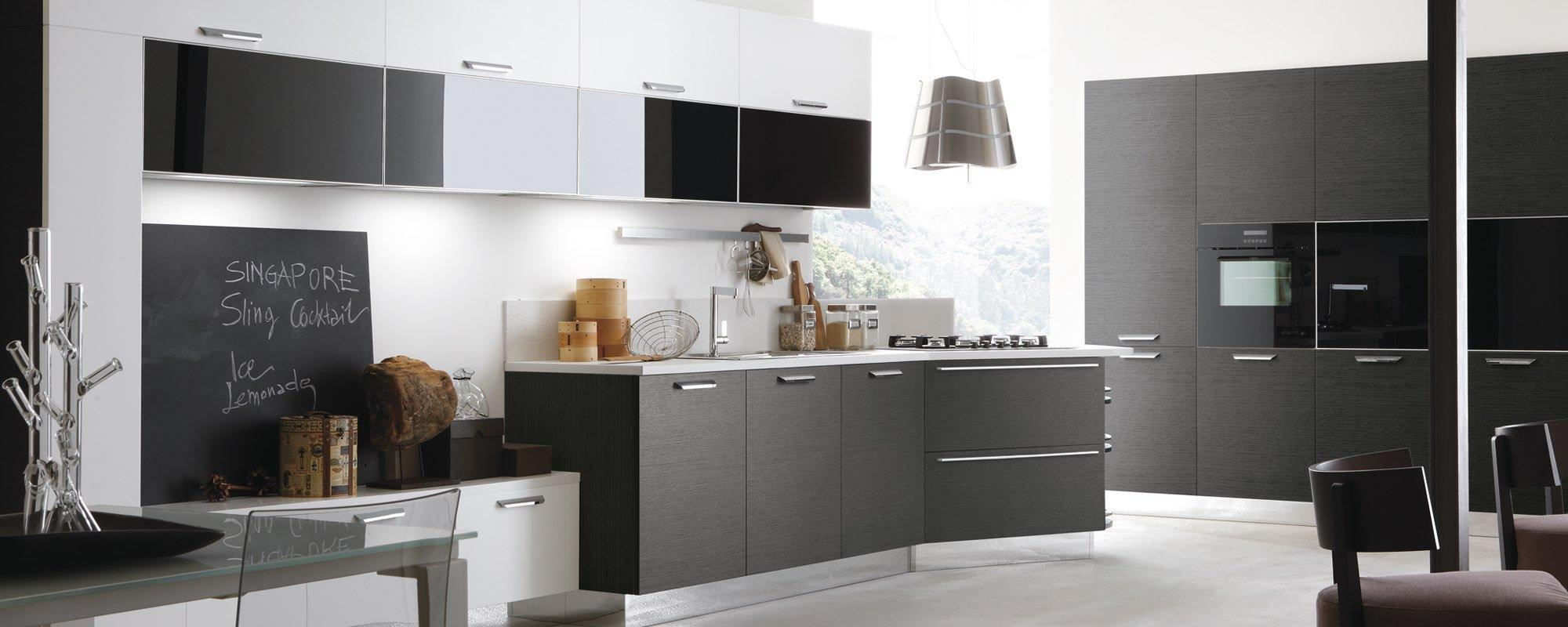 vista di laterale di una cucina moderna in legno laccata con poltrone e bancone grigio - LIFE