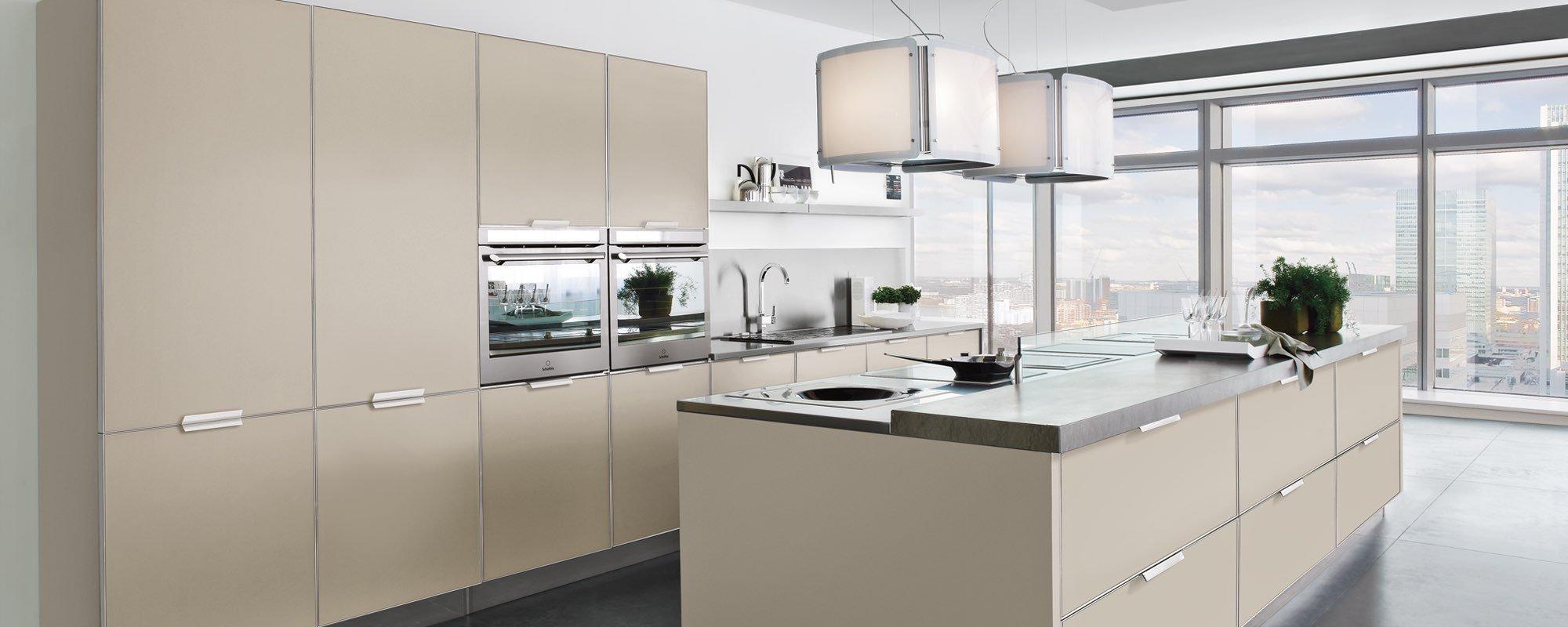 cucina con isola essenza è semplice e luminosa -Brilliant