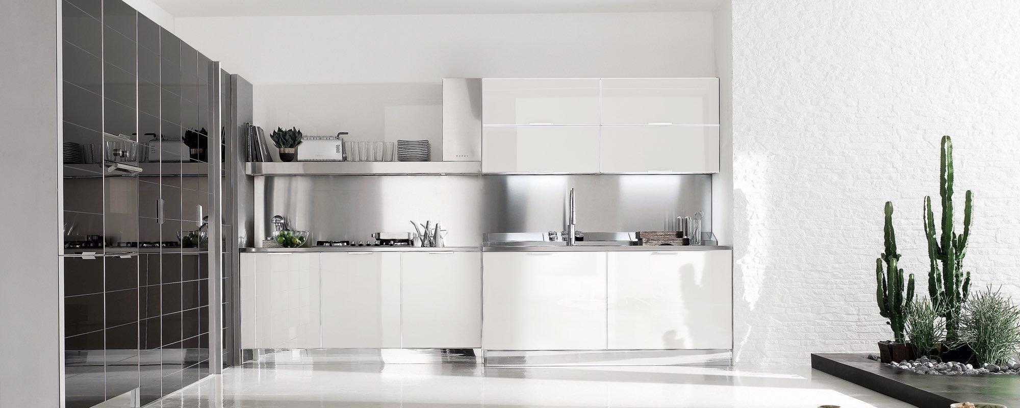 vista frontale di una cucina moderna in vetro laccata lucida -Brilliant
