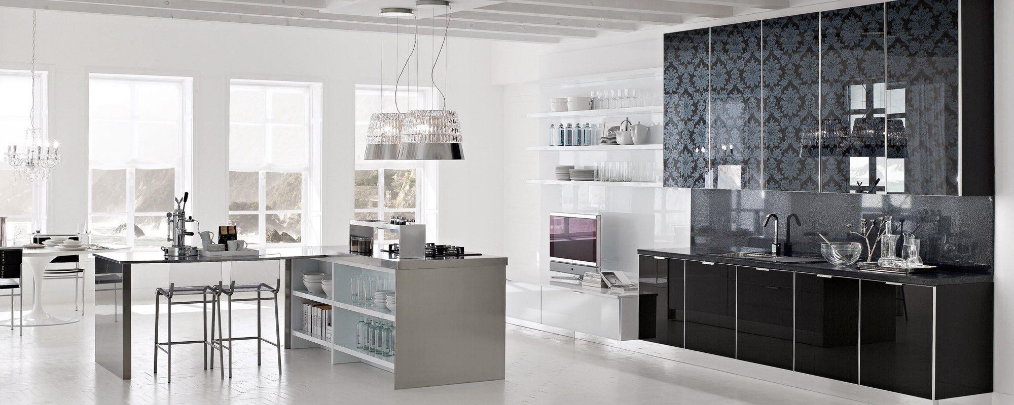 vista di una cucina in acciaio e vetro -Brilliant