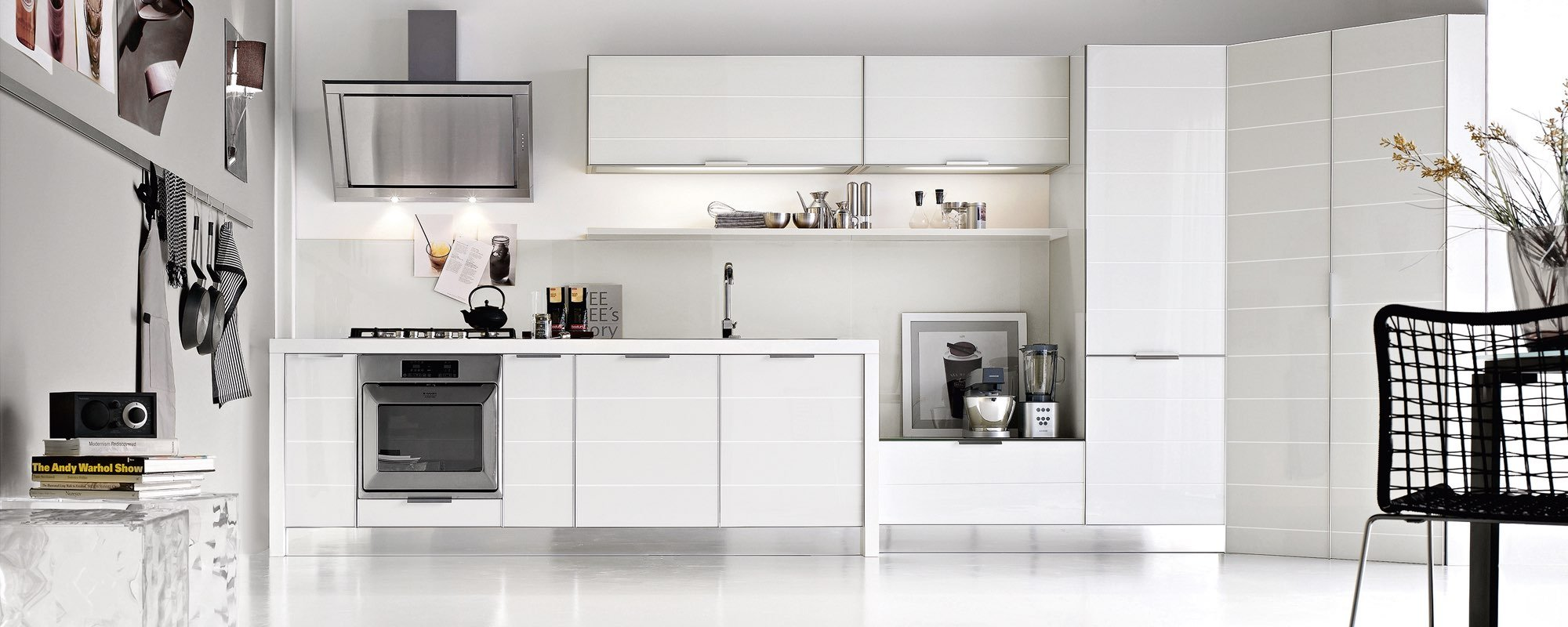 cucina moderna bianca con arredamento -Brilliant